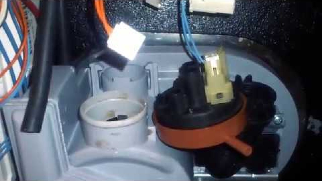 Забитый датчик уровня воды посудомоечной машины Indesit DFG 050